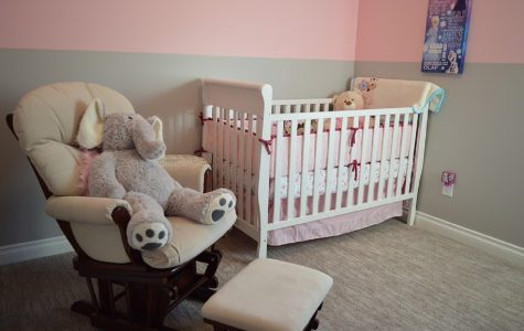 šedo-růžový pokoj