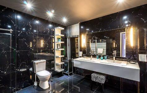 bodová světla na stropě koupelny