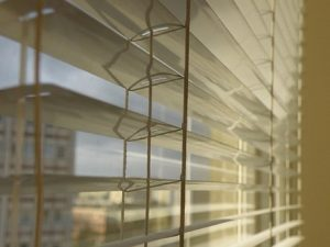 Nenechte sluníčko přehřívat váš interiér, schovejte se pod látku!