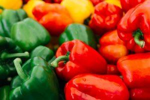 Víte, jak správně pečovat o rajčata a papriky na záhonech i v nádobách? Děláte všechno správně?